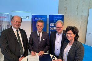 """Unterzeichneten auf der digitalBau-Messe in Köln einen """"letter of intent"""" zur Gründung des """"BIM Cluster NRW e.V."""" (v. l.): Eduard Dischke (buildingSMART e.V.), Ernst Uhing (Architektenkammer NRW), Michael Püthe (IK-Bau NRW) und Prof. Beate Wiem"""
